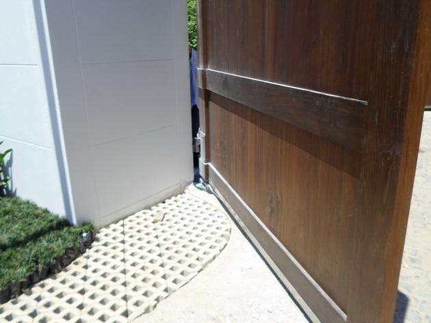 บานฝั่งพื้น + ประตูไม้ทึบ